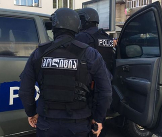 В Тбилиси вооруженный мужчина взял в заложники 10 человек