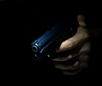 В киевском ТРЦ мужчина дважды выстрелил в охранника из-за замечания об отсутствии маски