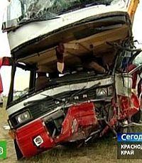 Водитель грузовика, столкнувшегося с автобусом на Кубани, не спал двое суток
