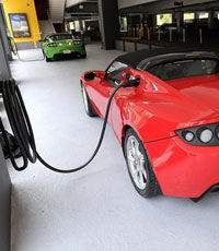 Электрокар Tesla установил мировой рекорд (видео)