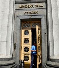 """""""Радикалы"""" продолжают блокировать трибуну Рады"""