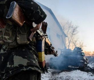 Один военный погиб и четыре ранены в результате обстрела боевиками автомобиля