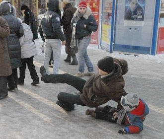 Около 3 тысяч киевлян травмировались из-за гололеда