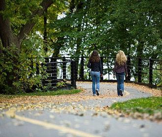 Во время карантина 47% граждан стали меньше гулять на свежем воздухе - опрос