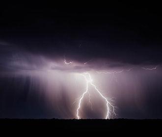 В четырех областях объявили штормовое предупреждение