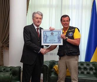 Ющенко побил мировой рекорд со своей коллекцией украинских рушников