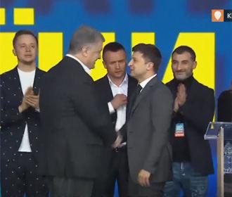 Порошенко и Зеленский пожали руки на одной сцене LIVE