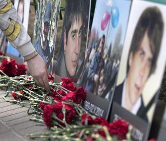 Жители Одессы несут цветы к Дому профсоюзов в годовщину трагедии 2 мая