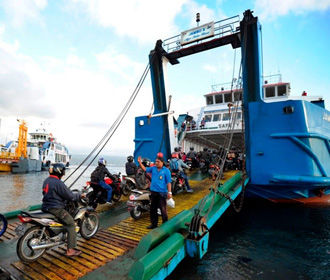 В Индонезии в результате крушения парома погибли 15 человек
