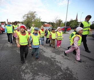 С 1 сентября ученики начальных классов будут носить специальные светоотражающие жилеты