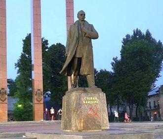 Во Львове нарисовали серп и молот на памятнике Бандере
