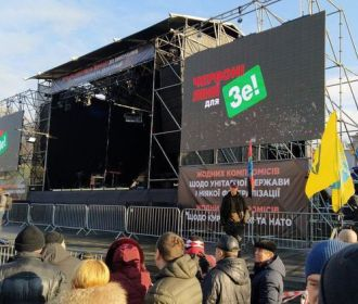 Порошенко закидали яйцами на Майдане в Киеве