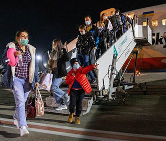 Украинских туристов сняли с авиарейса из-за отказа надеть маски