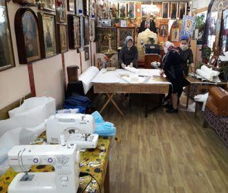 В Киеве верующие УПЦ шьют защитные костюмы для врачей, которые лечат больных коронавирусом