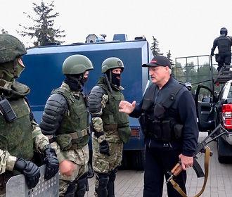 Лукашенко прокомментировал свое появление с автоматом на улице