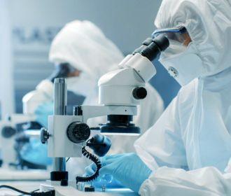 В Британии проведут эксперимент с COVID-19 для ускорения разработки вакцины