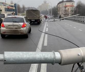 На Шулявском мосту упали три фонаря, движение ограничено
