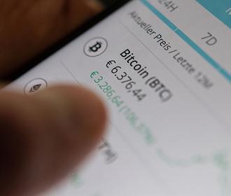 Курс биткойна упал на 15% после скачка выше $64000 на прошлой неделе