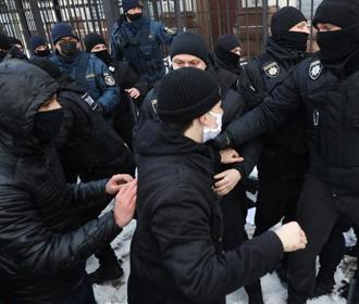 Под ОП произошла потасовка между протестующими против повышения тарифов и полицией