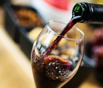 Дешевое вино становится вкуснее, если соврать, будто оно дорогое