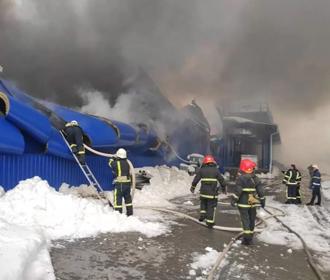 """Почти 200 человек продолжают тушить масштабный пожар в """"Эпицентре"""" в Первомайске"""