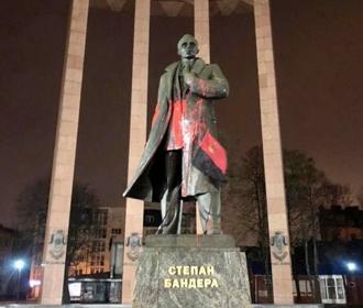 Памятник Бандере облили краской