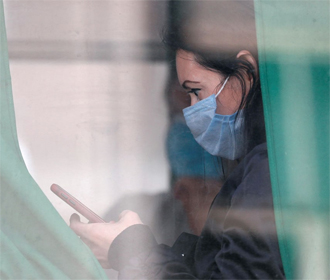 Медики США рекомендовали носить маски в помещениях даже привитым от COVID-19