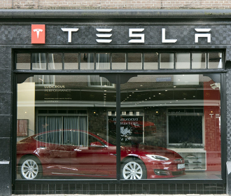 Tesla снижает стоимость электрокаров