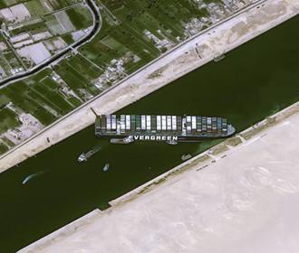 Контейнеровоз снова заблокировал Суэцкий канал