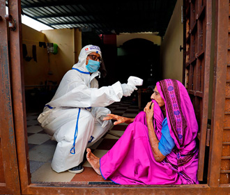 Миллион новых случаев COVID-19 выявили в Индии за 4 дня
