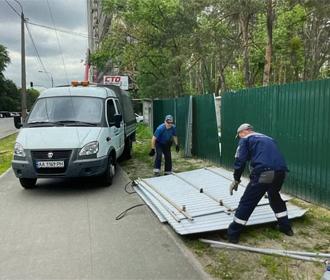Киевляне добились демонтажа незаконного забора застройщика в парке на Жмаченко