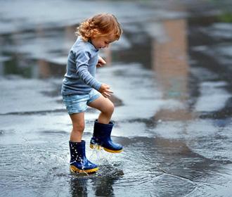 Ребенок в луже