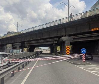 В Киеве частично обвалился Берестейский мост