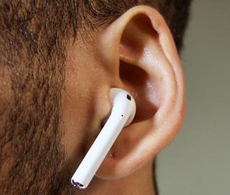 Apple представит новые AirPods и MacBook Pro до конца года - Bloomberg