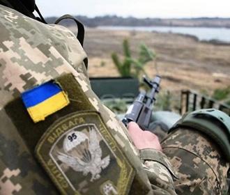На Донбассе за сутки восемь обстрелов, ранен боец
