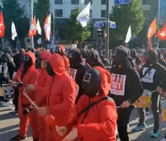 В Корее протестовали в костюмах из Игры в кальмара