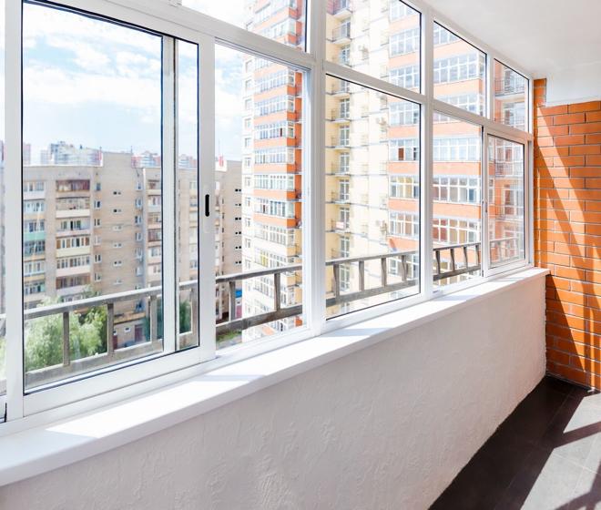 Стоимость остекления балкона: что на нее влияет?